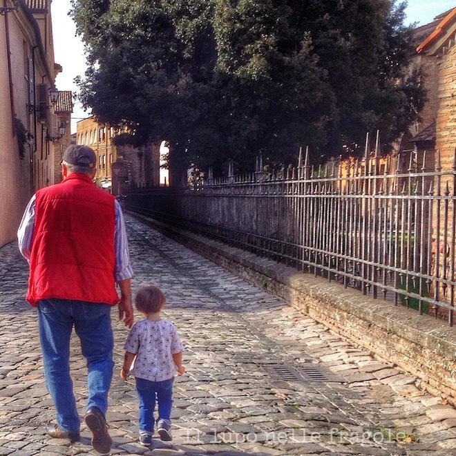 dalia_cammina_in_centro_con_il_nonno